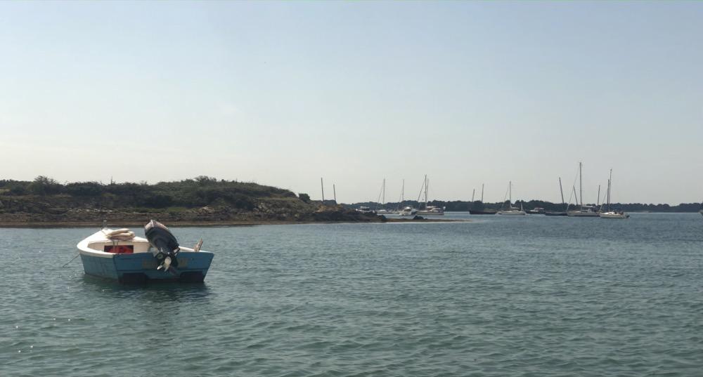 Île Ilur, depuis la petite anse, vue sur les bateaux au mouillage dans la grande anse